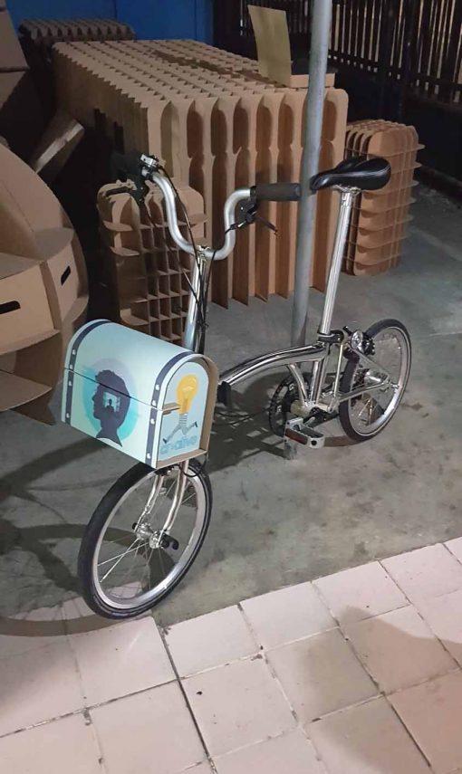 tas fashion untuk bergaya di sepeda brompton terbuat dari kardus atau corrugated tempel sticker